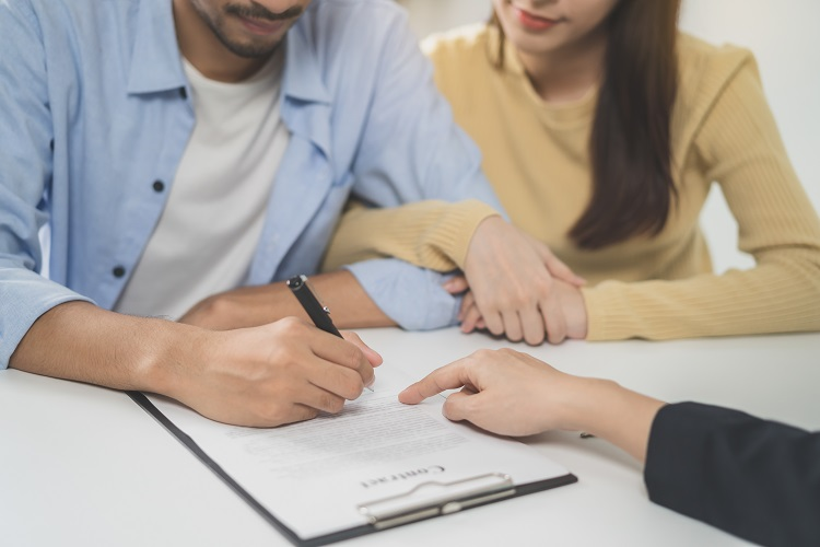 renters signing lease